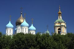 Abóbadas da cebola atrás da floresta em Moscou Imagem de Stock Royalty Free