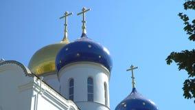 Abóbadas da igreja ortodoxa contra o céu video estoque
