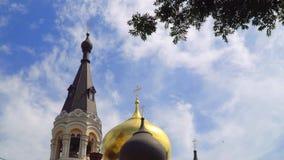 Abóbadas da igreja ortodoxa em um fundo do céu com nuvens video estoque