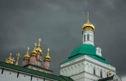 Abóbadas das igrejas na trindade Lavra de St Sergius Monastery em Sergiyev Posad imagens de stock