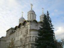Abóbadas das igrejas ortodoxas dentro do complexo do Kremlin de Moscou em Rússia foto de stock royalty free