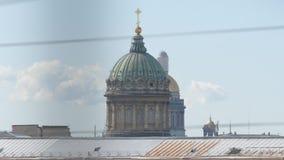 Abóbadas de catedrais de Kazan e de Isaac video estoque
