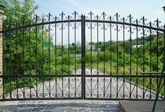 Abóbadas de Kiev Pechersk Lavra Monastery em Kiev, Ucrânia vista através da porta Imagens de Stock Royalty Free