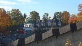 Abóbadas do monastério santamente de Dormition Pskov-Pechersk, outono dourado Pechora, Rússia vídeos de arquivo