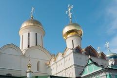 Abóbadas do ouro das igrejas fotografia de stock