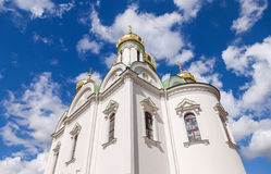 Abóbadas douradas da catedral de Catherine contra o céu azul Imagens de Stock