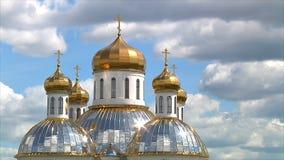 Abóbadas douradas da igreja ortodoxa contra o céu e as nuvens Lapso de tempo video estoque