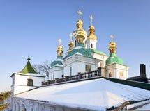 Abóbadas douradas na neve em Kiev Pechersk Lavra fotografia de stock