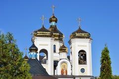 Abóbadas douradas Svyatogo Nikolaya Chudotvortsa Fotografia de Stock Royalty Free