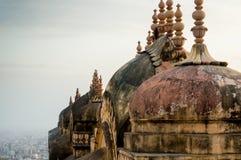 Abóbadas e pináculos de um templo hindu com a cidade de jaipur visível em t Fotos de Stock Royalty Free