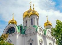 Abóbadas e torre de sino de Christian Orthodox Church de St Catherine em Pushkin, St Petersburg, Rússia Imagens de Stock