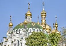 Abóbadas ortodoxos com cruzes douradas Imagens de Stock Royalty Free