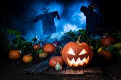 Abóbora alaranjada com névoa e os espantalhos azuis para Dia das Bruxas Fotos de Stock