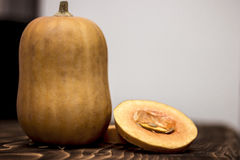 Abóbora alaranjada, fundo de madeira fotografia de stock