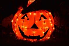 Abóbora alaranjada isolada que incandesce brilhante na noite Dia das Bruxas imagens de stock