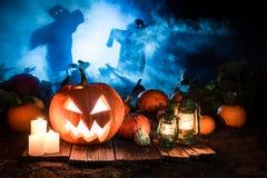 Abóbora alaranjada no campo escuro com os espantalhos para Dia das Bruxas Imagens de Stock