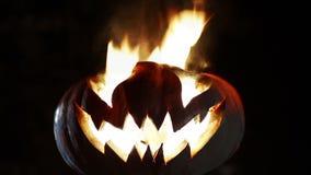 Abóbora ardente do sorriso em Dia das Bruxas looped vídeos de arquivo