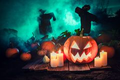 Abóbora assustador com névoa e os espantalhos verdes para Dia das Bruxas Imagem de Stock