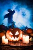 Abóbora assustador com os espantalhos no campo para Dia das Bruxas Foto de Stock