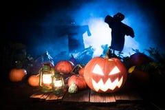 Abóbora assustador de Dia das Bruxas com névoa e os espantalhos azuis Fotografia de Stock Royalty Free