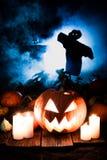 Abóbora assustador no campo escuro com os espantalhos para Dia das Bruxas Fotos de Stock Royalty Free