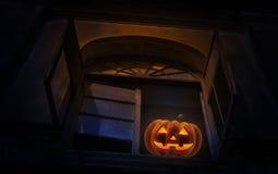 Abóbora da lanterna de Jack O no castelo antigo velho da janela, parte traseira assustador Fotografia de Stock Royalty Free