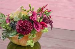 Abóbora de Dia das Bruxas com flores e folhas na tabela do mirrow imagem de stock