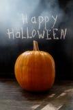 Abóbora de Dia das Bruxas em um fundo de madeira preto Foto de Stock
