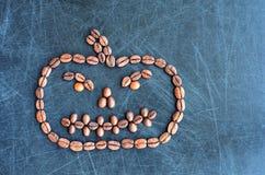 Abóbora de Dia das Bruxas feita dos feijões de café isolados no fundo cinzento Fotos de Stock Royalty Free