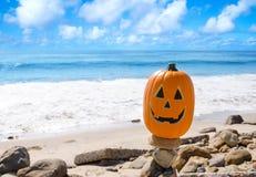 Abóbora de Dia das Bruxas na praia Fotos de Stock Royalty Free