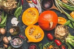 Abóbora deliciosa do Hokkaido com cogumelos e ingredientes dos vegetais para o cozimento saboroso no fundo rústico escuro Imagens de Stock