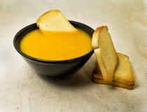 A abóbora deliciosa pured a sopa com batatas e os zwiebacks panam fatias para o vegetariano, o vegetariano e o conceito saudável Imagens de Stock
