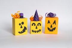 Abóbora do papel em um fundo branco Abóboras engraçadas nos tampões e nos tampões Foto de Stock Royalty Free