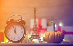 Abóbora e despertador com brinquedo da torre Eiffel Fotografia de Stock Royalty Free