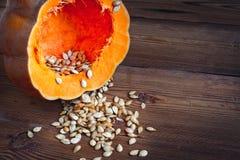 Abóbora e sementes no fundo de madeira Fotografia de Stock