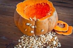 Abóbora e sementes no fundo de madeira Imagem de Stock Royalty Free