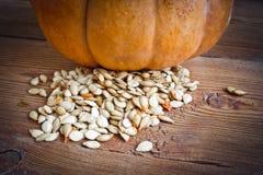 Abóbora e sementes no fundo de madeira Fotos de Stock