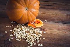 Abóbora e sementes no fundo de madeira Fotos de Stock Royalty Free