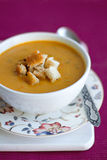 Abóbora e sopa de creme das lentilhas com fritos de pão Imagens de Stock