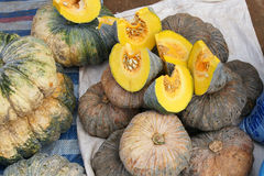 Abóbora fresca em um mercado de produto fresco Fotografia de Stock