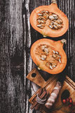 Abóbora fresca partida ao meio na tabela de madeira rústica com copyspace Imagens de Stock Royalty Free