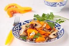 Abóbora fritada com cogumelos e alho Imagens de Stock Royalty Free