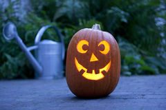 Abóbora iluminada de Halloween no jardim Imagens de Stock
