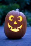 Abóbora iluminada de Halloween no jardim Imagem de Stock Royalty Free
