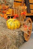 Abóbora na palha como a decoração do outono Fotografia de Stock Royalty Free