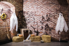 Abóbora no feno, na vassoura e nos fantasmas Foto de Stock