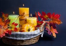 Abóbora para Dia das Bruxas com velas na cesta Imagens de Stock Royalty Free