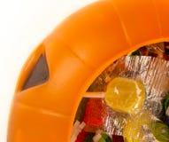 Abóbora plástica enchida com os doces Foto de Stock