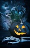 Abóbora preta com mão de esqueleto Imagens de Stock Royalty Free