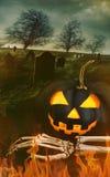 Abóbora preta com mão de esqueleto com cemitério Fotos de Stock Royalty Free